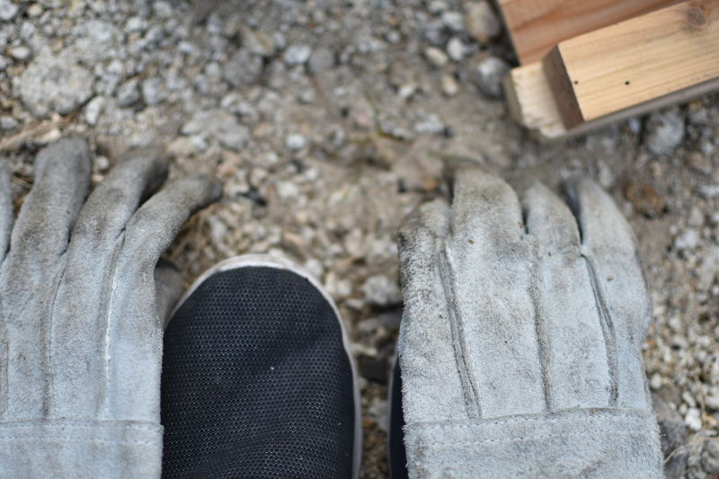 靴の上に耐熱手袋を置く