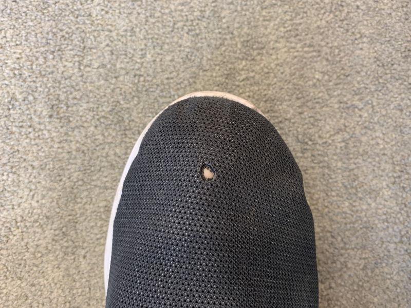 焚き火で穴の空いた靴