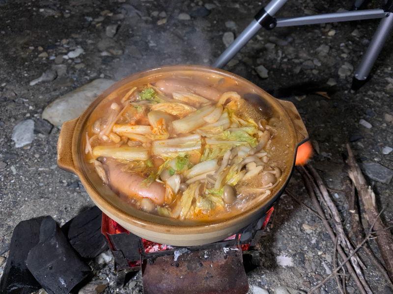 木魂の里でキムチ鍋の調理