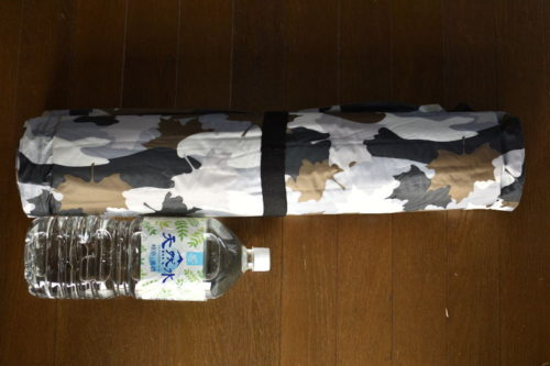インフレートマット (カモフラ)とペットボトルサイズ比較