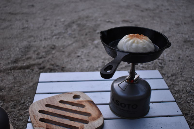 宇賀渓キャンプ場で肉まんを焼く1