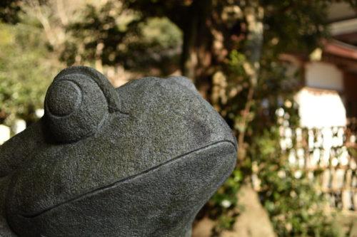椿大神社のカエルの置物
