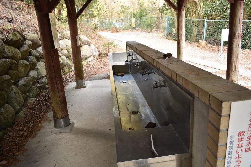 宇賀渓キャンプ場の炊事棟洗い場