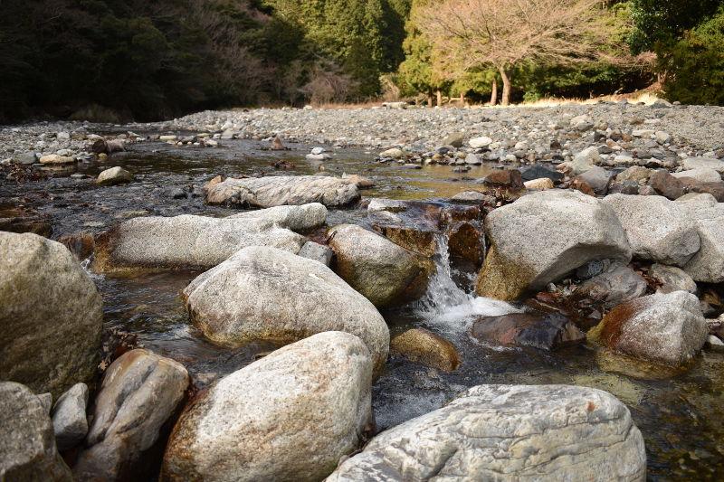 宇賀渓キャンプ場の石