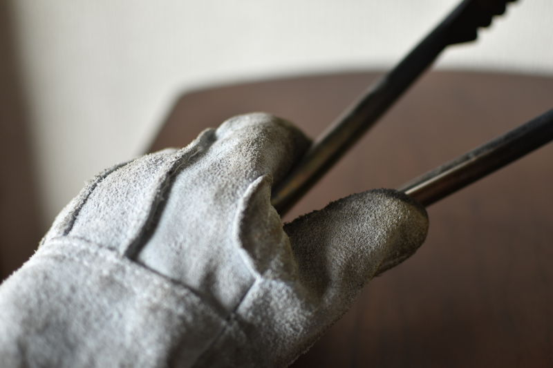 ワークマンの革手袋でトングを掴む