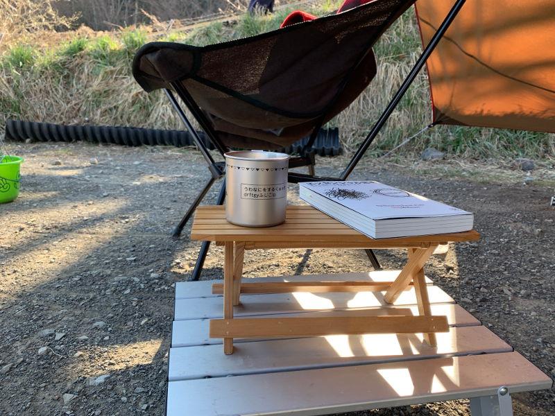 アルミロールテーブルと木製ミニテーブル