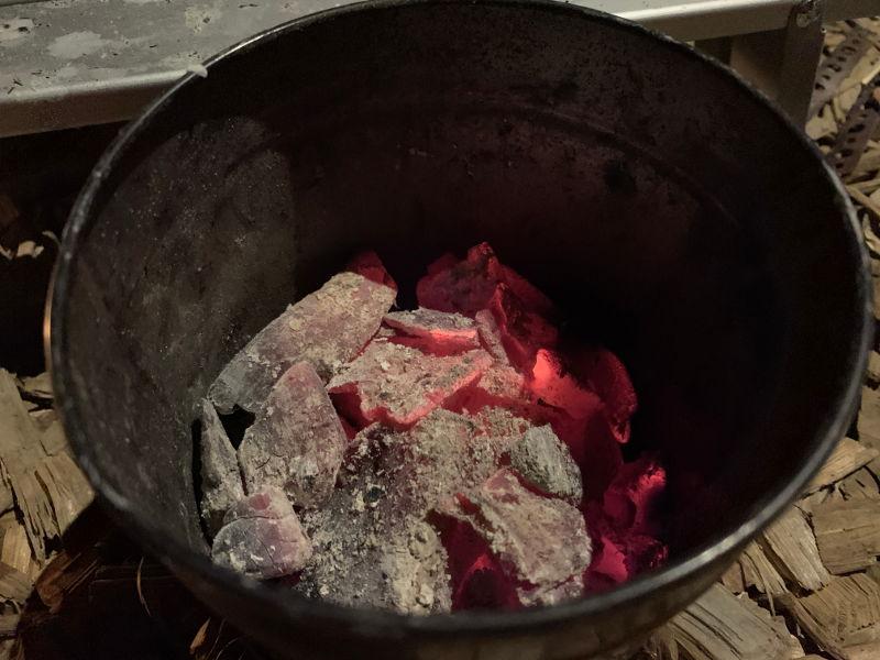 火消し壺に燃焼中の炭を入れる