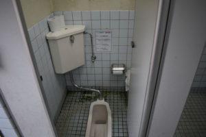 大津谷公園キャンプ場の西側上段和式トイレ