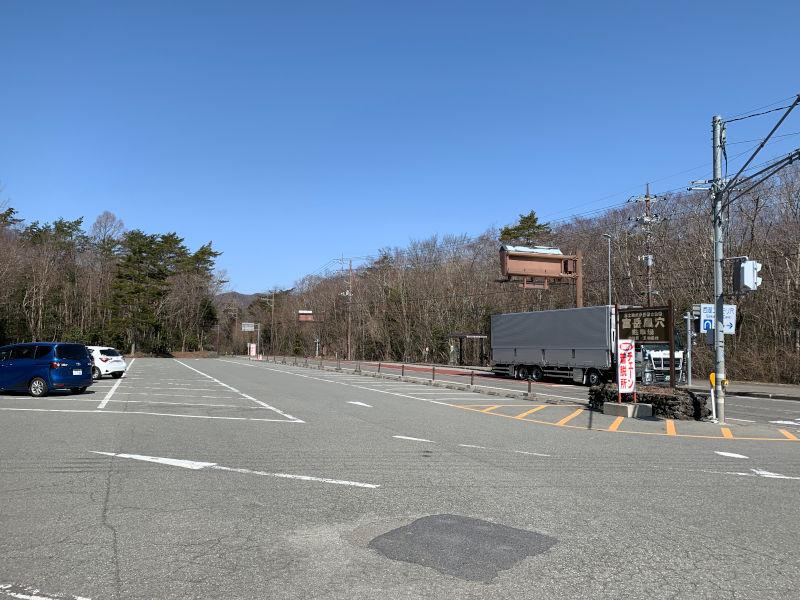 富岳風穴の駐車場