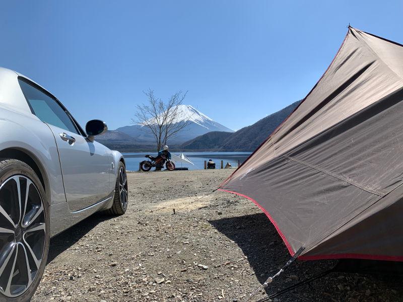 浩庵キャンプ場湖畔サイトで車を横付け