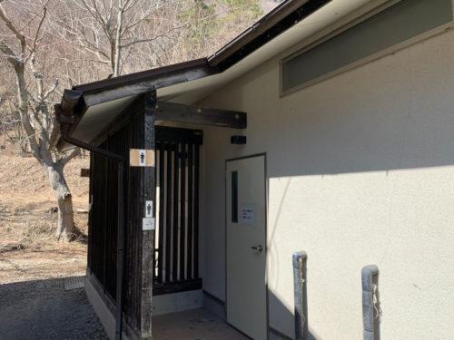 浩庵キャンプ場のトイレ(昼)