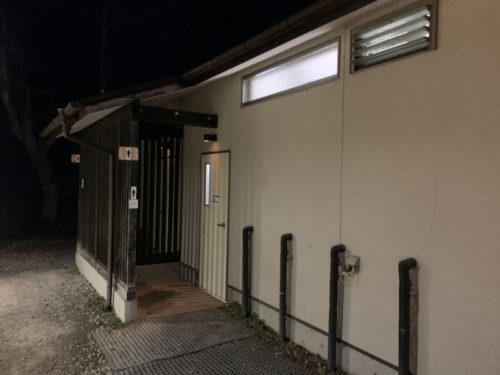 浩庵キャンプ場のトイレ(夜)