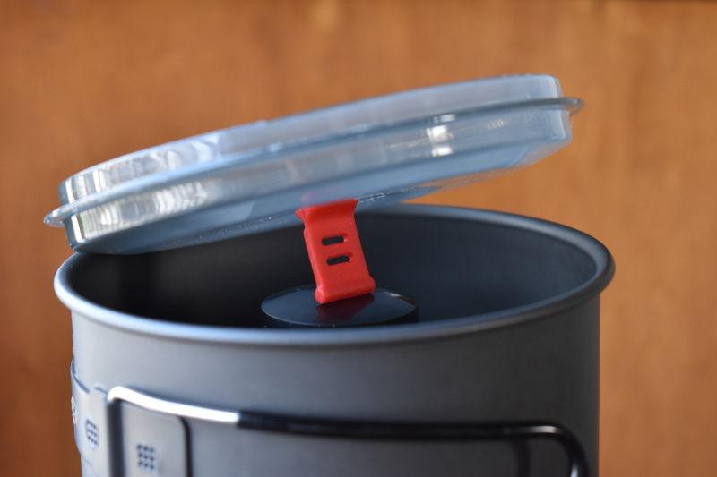 ニューリバーポットのフタを逆さまにして収納(230g缶有)
