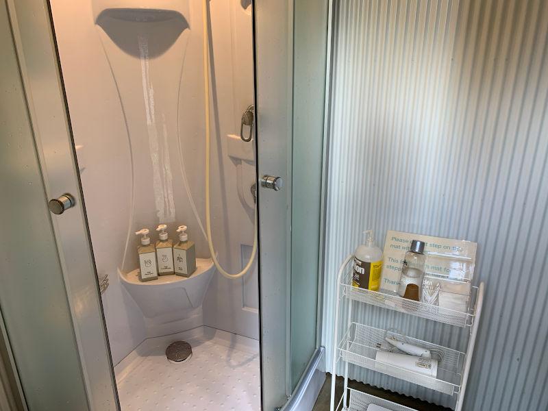 RetreatCampまほろばのシャワー室内