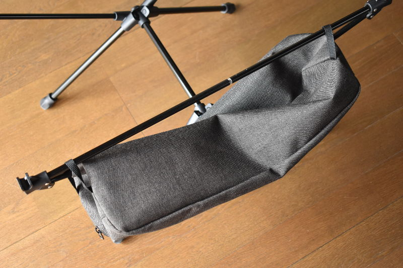 収納袋を引っ掛けたグラムテーブル