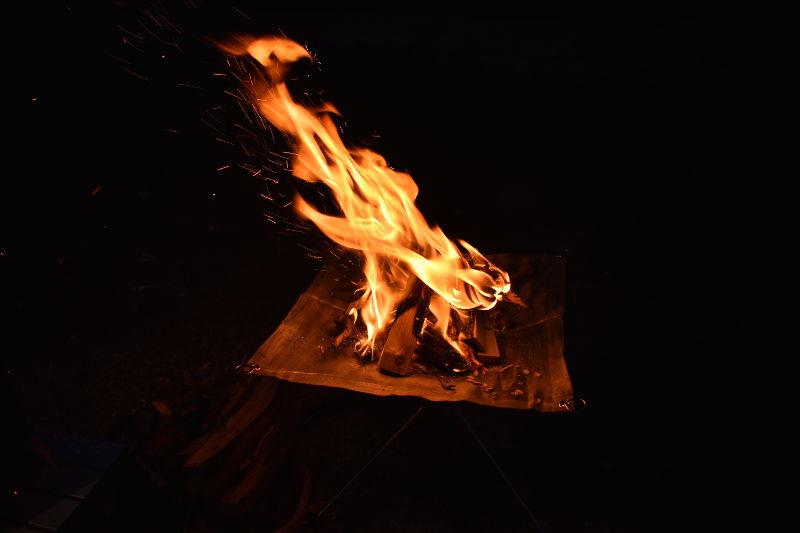 火の粉が飛ぶ様子