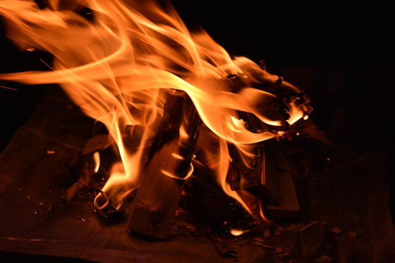 燃焼中の薪