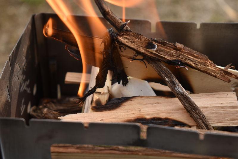 火をつけたロゴスの着火剤