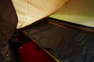 テント内のサーマレストウルトラライトコット