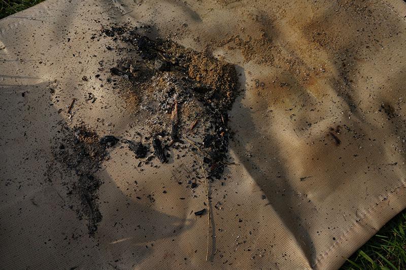 ロゴス焚き火シートに落ちた灰