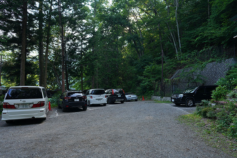 四尾連湖水明荘の駐車場
